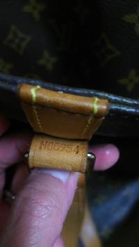 ルイヴィトンのトートバッグの番号を見て偽物かわかりますか? 「M数字」は偽物らしいのですが、このMの次が0ゼロなのかOオーなのかわかりかねます。画像参照。 持ち主は有名デパートで購入した とのことですし、...