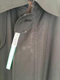 クリーニング後、黒いコートに画像のような白い汚れ(跡)がありました。汚れの裏にはボタンホールがあります。元々ない汚れだと思うのですが、クリーニング中どの過程で付いてしまうものでしょうか。可能性レベルでも 構いませんので教えてください。