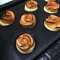 バラのアップパイを作ったのですが、200度15分で焼き、パイ生地がしっかり焼けるのを待ってたのですが、取り出したところ生地はまだ生で、花びらは真っ黒こげになってしまいました。 バラのアップルパイは4回目なのですが、こんなふうになったのは初めてです。いつもは、パイ生地もすぐに焼けてくれ、花びらも赤いままです。  なにが原因でしょうか?