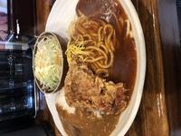 カレーライスとあんかけスパゲティに唐揚げが乗ってサラダ付き。 最高の組み合わせだと思いませんか。  昨日のランチ、美味しかったです。