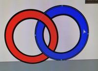 illustrator初心者です。ライブペイントツールで、輪っかを重ねた図を作ったのですが青い丸を微調整しようとしたのですが、外側の円しか移動できませんでした。 青い丸だけを移動させるには、どうすればいいのでしょうか