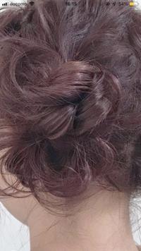 エンシェールズカラーバターのチェリーピンクで髪を染めようと思っています。 今の髪の毛の状態は過去にブリーチ経験ありでミルクティーっぽい感じです。ですが、写真のようにトーンは落として 暗めのチェリーピ...