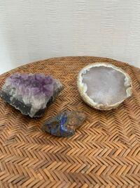 義理父の収集品ですが天然石原石は紫色はアメジスト、白はメノウ、青はラピスラズリでしょうか?