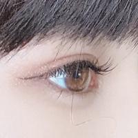 この目の色は何色でしょうか?  よく目の色が薄いと言われ、 目をじっと見られることがあり なんとも言えない気持ちになります。  個人的には人よりやや茶色いのかなと思っていますがいか がでしょうか。