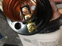 第一種電気工事士の技能試験を、週末に控えています。  輪作りが二種の時から下手で、写真のようにはみ出してしまいます。  試験センターのHPには、はみ出し5ミリ以内となっていましたが、 輪作りを小さくするコツを教えて頂きたいです。