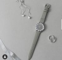 30代~の女性に質問です。 30代後半の彼女にクリスマスギフトとして画像の腕時計を贈ろうと思ってます。  普段は、綺麗めカジュアルを着る事の多い彼女です。  この時計は、30代後半の女性には贈るにはちょっと若...