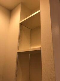 収納スペースの使い方 どうしたら良いと思いますか?  家が竣工し、見てきました。 玄関に入ると、すぐトイレがあるので、トイレの入口が見えないように壁を設けました。 玄関側はタイルで、写真の方は裏側(トイ...