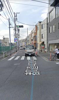 道路交通法について 車道側には信号機があって、歩行者用の信号機がない交差点。 この場合歩行者はどのタイミングで渡るのが正しいのですか?
