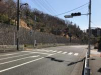 自転車の交通ルールについて教えてください。 このようなT字路の時、信号が赤の時自転車が車道をはしっていたら歩行者がいなくても止まるべきですよね。  また、自転車が歩道側を走っていたら止まらないでそのまま行っても良いのでしょうか? 歩道側でも止まった方が良いでしょうか?  更に追加で、車道を走っていたけど赤になったから歩道側を走ってそのまま行って良いのでしょうか? 質問多めですみません。