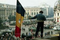 ルーマニア革命と後世の歴史家が言う「奪われた革命」について質問です。 「ルーマニア革命」とは、1989年12月、ルーマニア社会主義共和国のニコラエ・チャウシェスク書記長政権が打倒され、現在のルーマニアが樹立された一連の出来事である。 反チャウシェスク派による、クーデターと見ることができるため、「ルーマニア政変」とも言われるのですが、ここで質問です。 後世のルーマニアの歴史家の間では、「奪...