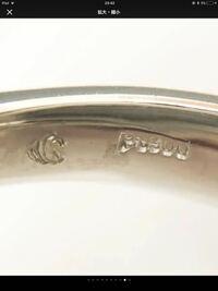 指輪の刻印について 画像の指輪に刻印されております、pt900の隣にあるスワロフスキーのような刻印はどこのメーカーさんのものでしょうか?  ご存知の方おられましたら、何卒よろしくご教示お願い致します。
