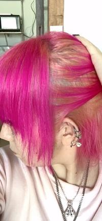 カラーバターのベイビーピンクで染めたら表面は染まったけど、中が全然ダメでかなりムラになりました。 20分置いたし、揉みこみもちゃんとしたんですが ( ´•  • ` )  この失敗した髪をなる べく目立たないようにするには、もう1回カラーバターした方がいいですか? それとも市販のカラー剤で色を変えた方が良いですか? アドバイスよろしくお願いします!