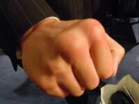 ボクシングの元WBASフェザー級チャンピオンの内山高志選手の拳を見て空手家のような拳だと思ったのですが、内山選手はどのようにしてこのような拳を作りあげたのでしょうか?? 空手家のような拳立てや固いものを...