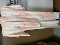 こちらのピンクの着物は小紋ですか? 画像が見えづらく申し訳ありません。 友人の結婚式があり、参列予定なのですが、オレンジの訪問着、ピンクの色無地(一つ紋、縫紋)と迷っています。(小 紋でしたらこのお...