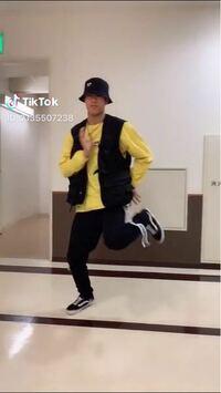 このダンスのステップの名前を教えてください! TikTokでよく踊られていた通称ねむねむダンスの この膝をガクガクするステップの名前を教えてください!