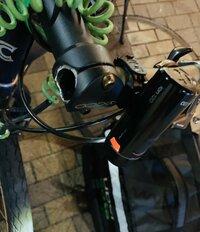 ツィーターで自転車のハンドルが折れたとサラッと呟いてる人が居るんですけど これって同じ自転車に乗ってる人やばく無いですか?運転中にハンドルが折れるって 最悪 人身事故になりうる 折 れた写真で自転車...