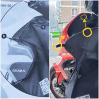 ジレラランナーST用のレッグカバーの 取り付け方法を教えてください。  前所有者さんがベスパショップで購入。 純正アクセサリーで 「Tucano urbano R158 TERMOSCUD」 という商品になります。  外国語のざっくりとしか書かれてない 取扱説明書をスマホの翻訳アプリで 読み込ませても・・・余計意味が判らなく 写真を頼りに実車と比べると、、、 下の画像比較のように微妙に違いま...