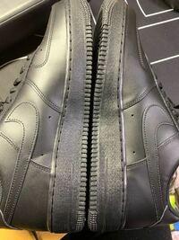 Nikeのair force 1でミッドソールのAIRという文字から伸びているこの線の長さが左右で違うのですがこれは個体差があるものなのでしょうか? 外側の長さはほぼほぼ同じで内側の長さはかなり違います。
