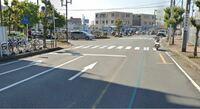 信号のない横断歩道 【誘導員が歩行者を止める…】 デパートの前の道路に信号のない横断歩道があります。その横断歩道の両端にはデパートの委託を受けた誘導員がいて歩行者が渡れるように誘導しています。車の流れ...