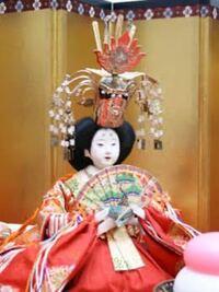 雛人形のお雛様(女雛?)について 頭に派手な冠を付ける場合と付けない場合には何か意味があるのでしょうか?