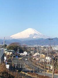 富士山の雪のつもり具合についてなのですが。 写真は富士山を東側から(神奈川から)撮影したものです。 左下にのぺーっと雪が広がっているのと、北側より南側の方が雪がふもと近くまであるのはなぜでしょう? 北...