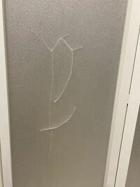お風呂場の曇りガラス(プラスチック)にヒビが入ってしまいました。 オススメの補修方法、接着剤がありましたら教えていただきたいです。