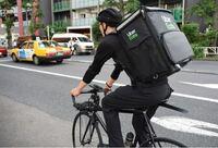 ウーバーイーツの自転車配達員の方に質問です。この姿勢で自転車漕いでたら中の商品で汁物とか溢れませんか?弁当とかも片寄そう。。