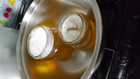 こちらはニホンミツバチのハチミツです。 元々は全体が結晶化していて、湯煎で、まろやか❗になりましたが、どうしても上の泡は残ってしまいます。  どうやったらキレイに取れるでしょうか?  教えてくださいませ。