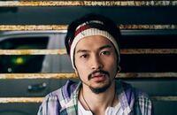 ヘアバンド探してます King Gnuの常田大希さんが着用しているこのヘアバンドはどこのブランドのものなんでしょうか??  似ているものやブランドを知っている人がいらっしゃったら教えてください。