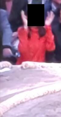 大相撲、国技館の観客でいつも居る気になる女性がいます。 細身の妙齢(テレビ中継の遠目にはそう見える)の方で、いつもピンクや赤の派手めの目を引く色の服を着て、必ず東の砂かぶり席、塩の 籠や力水の桶と一...