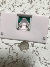 セリアで買った小さなデジタル時計なんですが、ボタン電池の入れ方がわかりません。 バネが跳ね返してきて、うまく入れることが出来ません。道具を使わないで、入れる方法を教えて下さい。