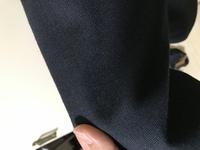 就活のスーツについてです。 紺の就活用スーツを1着持ってるんですが、ズボンを破いたんで、困ってます。 修理してるのですが、インターンやら説明会に間に合わないのが分かってて・・・ 一応ス ーツはあるのですが、この柄だと厳しいですよね?  またダメだったら応急的にユニクロの感動ジャケットと感動パンツを使おうと思うんですが大丈夫でしょうか?