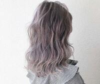 この髪色って何ていうカラーですか? グレーがかったピンクというか紫というかほんとにこんな写真通りのこんな色にしたいんですけど、全くの無知で、何というカラーかわからず色落ちの過程だったりがわからないし他の例も見てみたいので教えてほしいです!