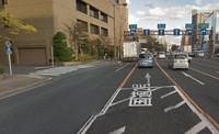 黄色線は進路変更禁止って習いましたが、写真の左の路地(横断歩道がある路地です)から左折した場合、黄色線を越えて直進車線や右折車線に入ることは違反でしょうか。 <写メが見えにくかったら> 6車線あって左から順に、左折・直進・直進・直進・右折・右折の専用車線です。 車線の間は黄色線です。 路地からこの道に左折した場合、手前の左折専用車線に出ます。 直進や右折するために黄色線を越えることは...