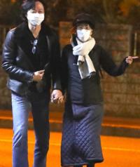 鈴木杏樹と不倫相手のツーショット写真です。手を繋いでデートをしていますが鈴木さんのSEXYな服装をどう思います? 鈴木さんも隣の喜多村緑郎さんも何の変哲もない普通の服装ですか?