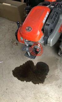 耕運機のオイル漏れ?について 写真のように耕運機の下にオイルだまりができていました。 写真の赤丸で囲ったところのキャップが緩んでおり、そこから漏れたのでしょうか?  原因とこれからどのような修理をしたら良いか教えてください。