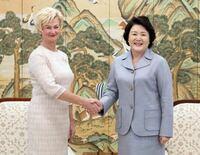 文在寅韓国大統領の妻、金正淑夫人は欧米の来賓に見劣りしない位美しいですよね!?
