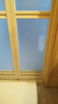 風呂場の扉のアクリル?板が割れてしまいました。 補修テープで補修しましたが、この、板の交換方法が分かる方居たら教えて下さい。 宜しくお願い致します。
