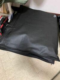 スーツの保管方法が分かりません。 スーツ用の袋みたいな物に入ってきたのですが掛けておくのか、下にポンと置いていいのでしょうか?  現状下に置いてます写真のように。