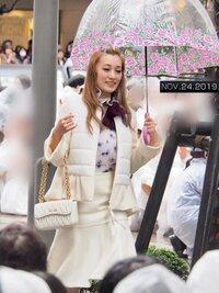 宝塚歌劇団 元花組娘役スター・城妃美伶さんが東京公演千秋楽の日にお召しだった白の上下(ジャケットとスカート)の服がとても素敵で気になっています。 ブランドとお値段を教えて下さい。