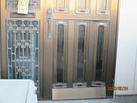 リフォームというより、玄関ドアの修理なのですが、教えてください。 古いトステム リファイン18というブラウンのアルミ材と摺りガラスを組み合わせた親子ドアなのですが、親の方の扉の下の部分のアルミ材が曲が...
