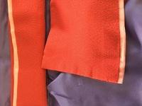 着付けで使う広幅リバーシブル(4通りのカラーが出せる)の伊達衿の付け方について。 バチ衿の伊達襟はそのまま縫いつける、広幅で1色の場合は2つ折りでわを外になるように付ければいいですが、 広幅でリバーシブルの場合、2つ折りにするとと2色になる側がみみになるのですが、わになる側を縫い付ける付け方でいいのでしょうか。 2色にするにはこの付け方だと思うのですが、やったことない付け方なので… バ...