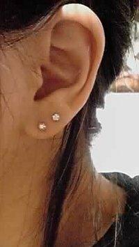 社会人の女性のピアスについてですが、 画像のように片耳に2つずつ(両耳で4つ)付けているのはオシャレに入りますか? それともチャライ、病んでいる、バカ?常識がなさそうっぽく見えるのです か? 片耳1つずつならほとんど皆さん開けているもしくはイヤリングをしている社会人の女性は多いと思いますが片耳2つずつになると急に周囲から偏見の目で見られたりする可能性が高いのでしょうか? それとも片耳...