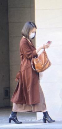 和久田麻由子アナウンサーが「おはよう日本」を降板する原因ってこの写真ですか?歩きスマホをしているように見えるだけですよね・・・? 「ニュースウオッチ9」に異動となった理由はコレじゃないですよね!? 私のように顔も性格もステキだと言われるnhkのエース女子アナ和久田麻由子さんは歩きスマホなんてしませんよね!!?涙 画像https://www.news-postseven.com/archi...