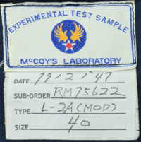 フライトジャケットのレプリカについて。 所謂、ナイロン素材のフライトジャケットのレプリカを一番最初に制作したのは Pherrow's(フェローズ)なのでしょうか。 McCOY'S(旧リアルマッコイズ)のネーム入りの...