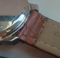 昨日 時計の電池交換を時計屋に依頼し 30分時間を下さいとの事で30分後に受け取りに再訪すると 革ベルトが切れかかっていますねと接着剤で補修しているところでした 交換した方が良いで すねと渡されその...