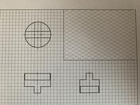製図の正投影図について。 この平・正・右則面図から等角図を書く問題ですが、形状が理解できません。問題作成のミスではないですよね? 三面図見比べてみても幅や奥行きが合いません。 宜し ければ等角図も書いて頂けると助かります。