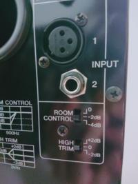 モニタースピーカーについてです、 モニタースピーカーとオーディオインターフェースを繋げるコードは、画像の上と下のどちらの端子でもいいのですか?