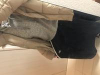 服の組み合わせについて トップスは何色が良いでしょうか?  グレーのスウェットは臨時で着ているだけです。 紺のスカートと薄めの茶色の上着だと何色のトップスが良いでしょうか?アドバイ スをお願いします