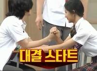 韓国の腕相撲の方法と日本の腕相撲の方法は違うのですか? ヒチョルとツウィが番組で腕相撲をしていた時、 お互いの手を握るのではなく、 ヒチョルがツウィの腕を掴む形で対決していました。 これがアイドル同士だからしているのか韓国の文化なのか分からないので教えてください。